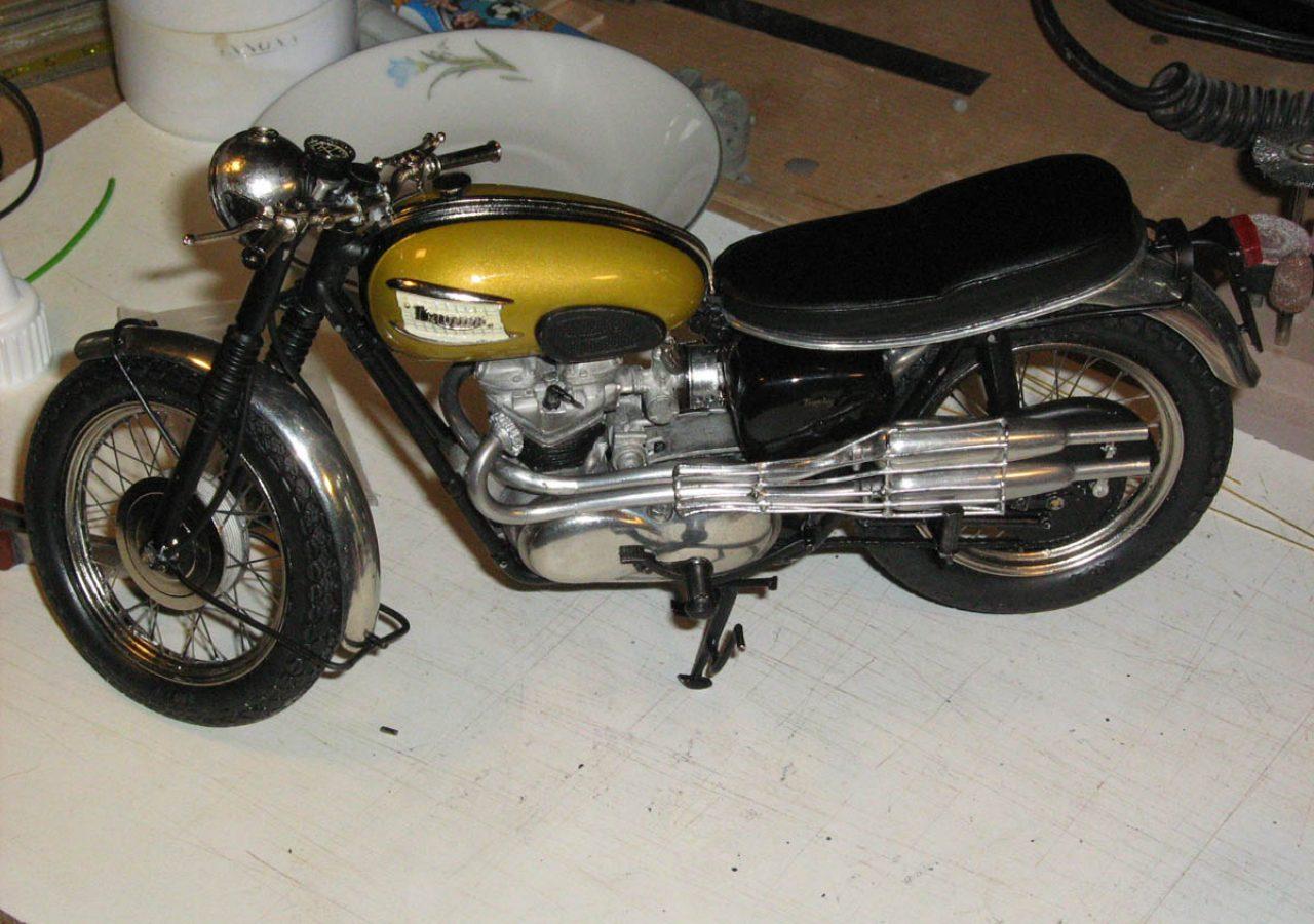 modello moto triumph roadster 1 40 pini modelli. Black Bedroom Furniture Sets. Home Design Ideas